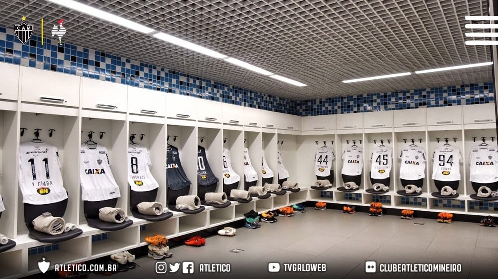 📸 Daqui a pouco, tem Galo! Material de jogo preparado na Arena do Grêmio.   Vamos, #Galo! #GRExCAM