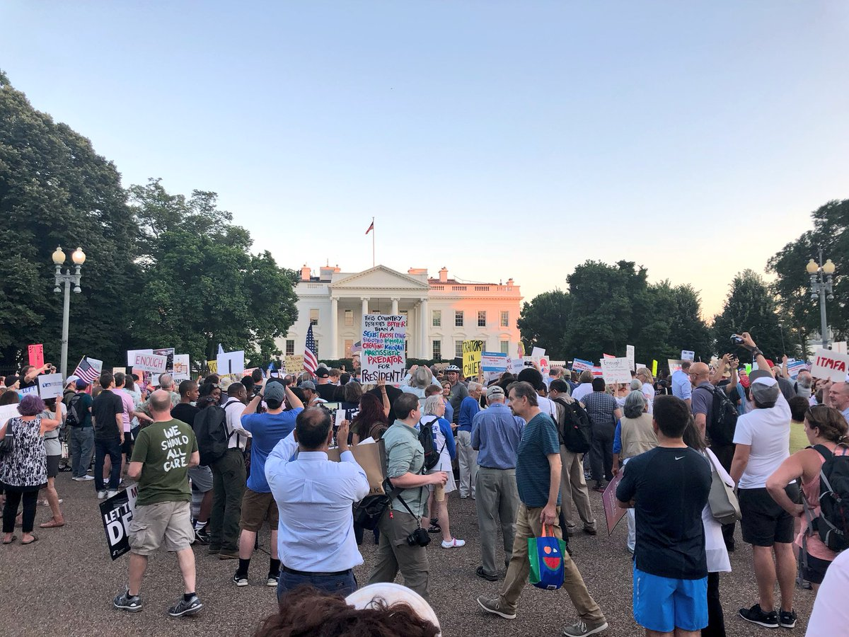 Few hundred demonstrators outside WH tonight protesting Trump's summit with Putin.