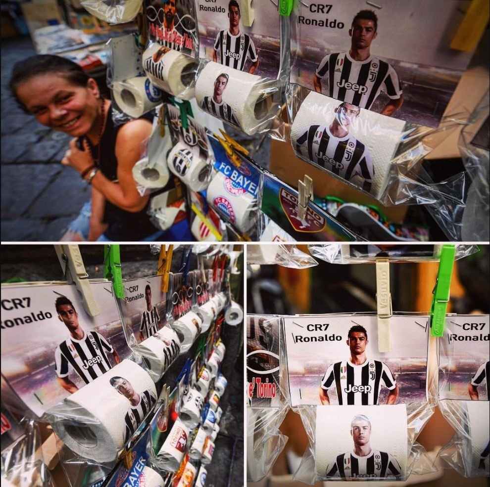 Neapolda Ronaldonun Yuventus formasıyla tualet kağızları buraxdılar (foto)