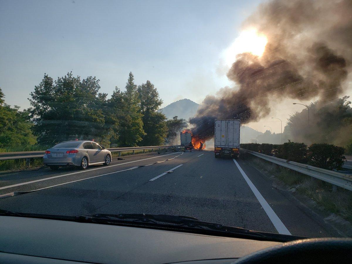 福山東IC付近で車両火災の現場画像