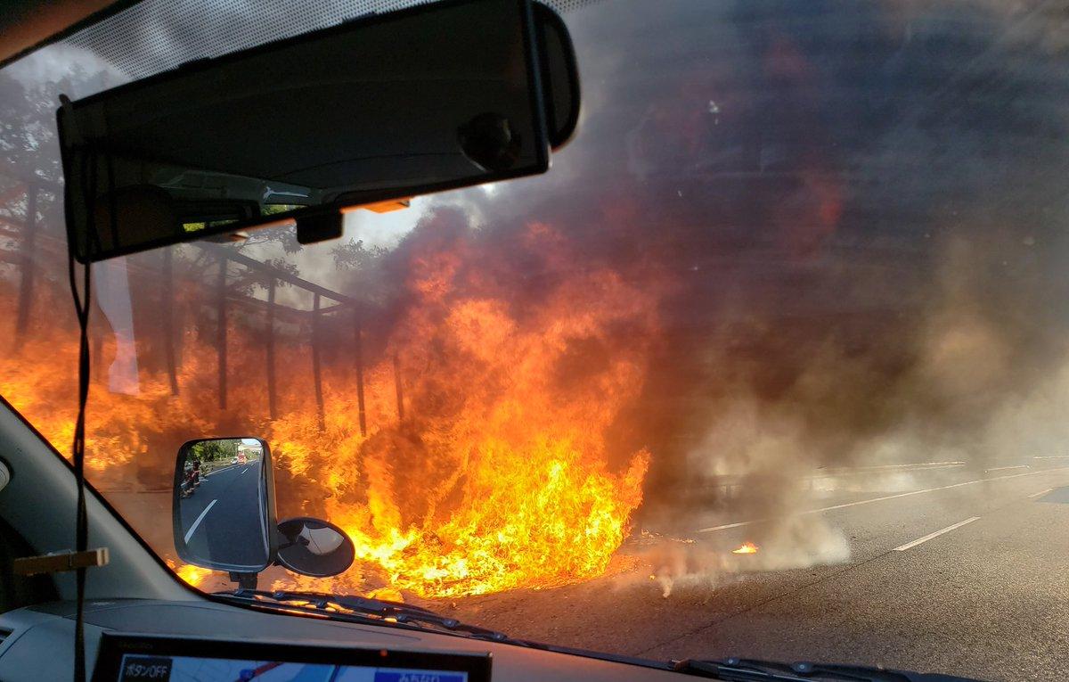 山陽道でトラックが炎上する車両火災の現場の画像