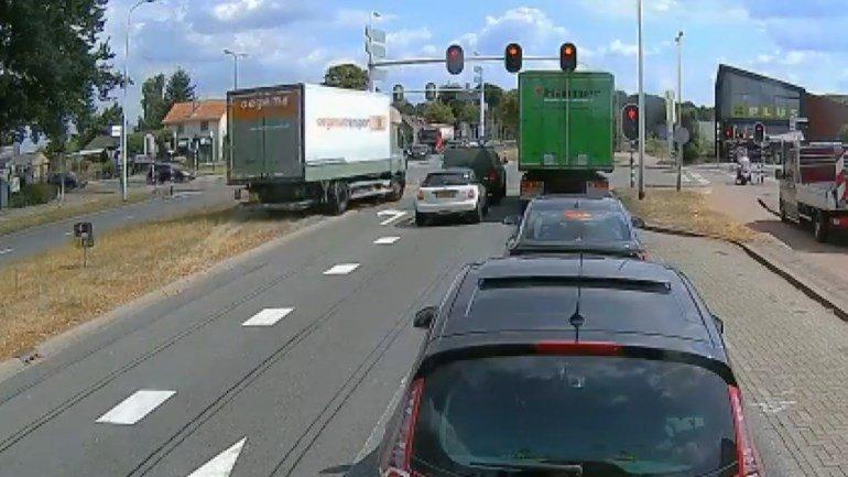 test Twitter Media - Video: Vrachtwagen rijdt met kapotte remmen kruispunt op: Een bijzondere actie van een vrachtwagenchauffeur van een transportbedrijf in Dedemsvaart. Op een filmpje dat op internet verscheen, is te zien hoe hij via de berm, zomaar een kruispunt met… https://t.co/FKC6O2jIwn https://t.co/ZVmp9098bS