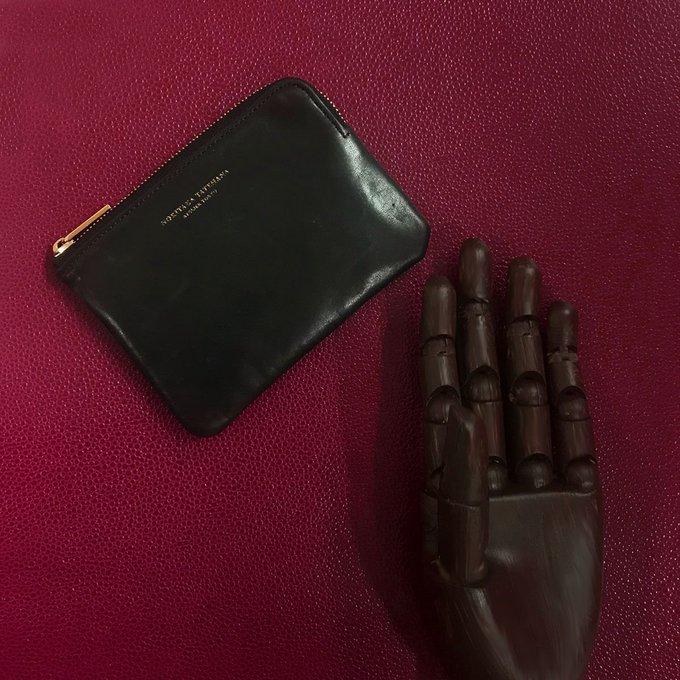 fd2652e938f1 職人による丹念な手作業で作られた、イニシャル入りのコインケース。【手のひらの宝物】 https://www.vogue.co.jp/fashion/editors_picks/2018-05/03/treasure…  ...