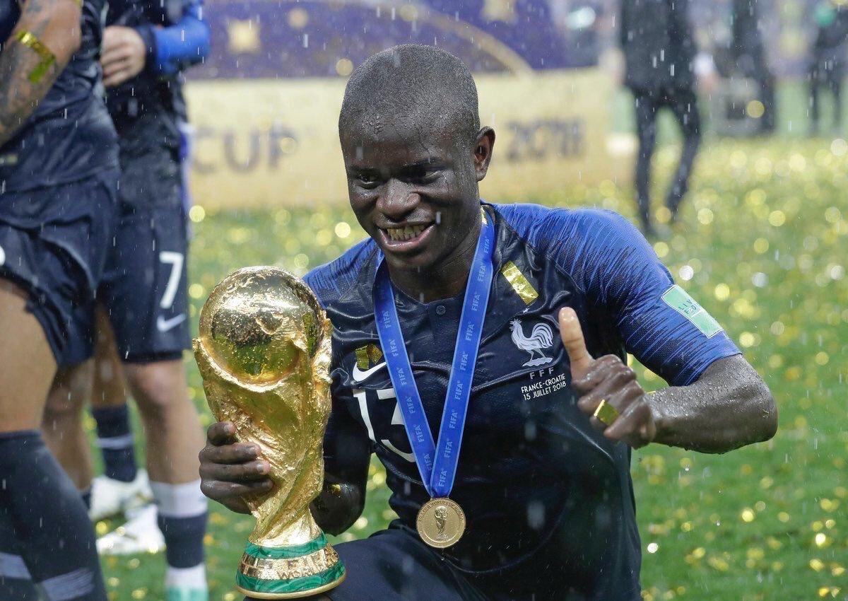 Le magazine  révèle que N'Golo Kanté a perdu l'un de ses grands frères Niama, d'un arrêt cardiaque, juste avant la Coupe du monde.   Malgré cette épreuve, il a enchaîné les matches du Mondial pour finalement remporter un titre de champion du monde. Quel joueur ! 💪🇫🇷