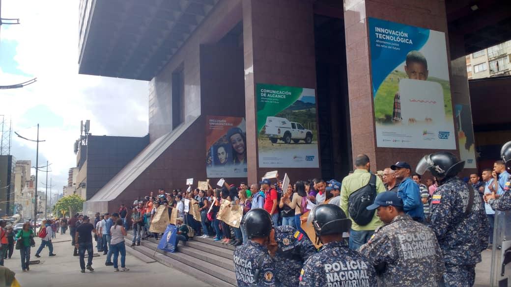 Comienza la mañana con protesta de trabajadores del IVIC en La Hoyada pidiendo mejoras, firmas de contratos y reivindicaciones salariales, aproximadamente 120 personas.