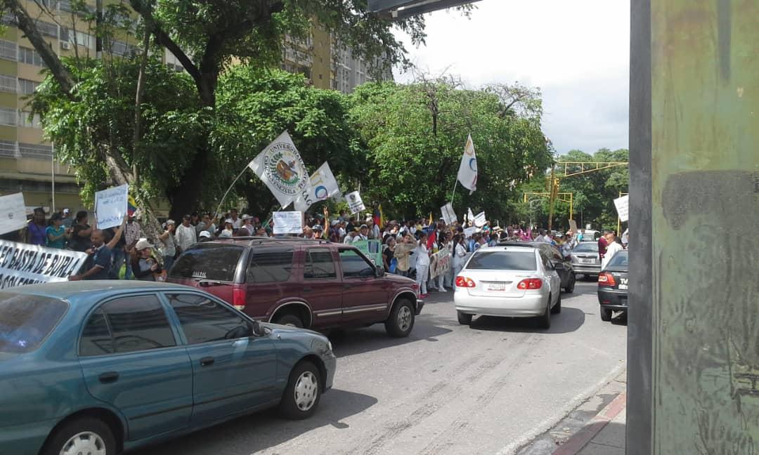 Y me reportan que en Maracay, en estos momento en la avenida Las Delicias trabajadores de Corpoelec se mantiene en protesta.