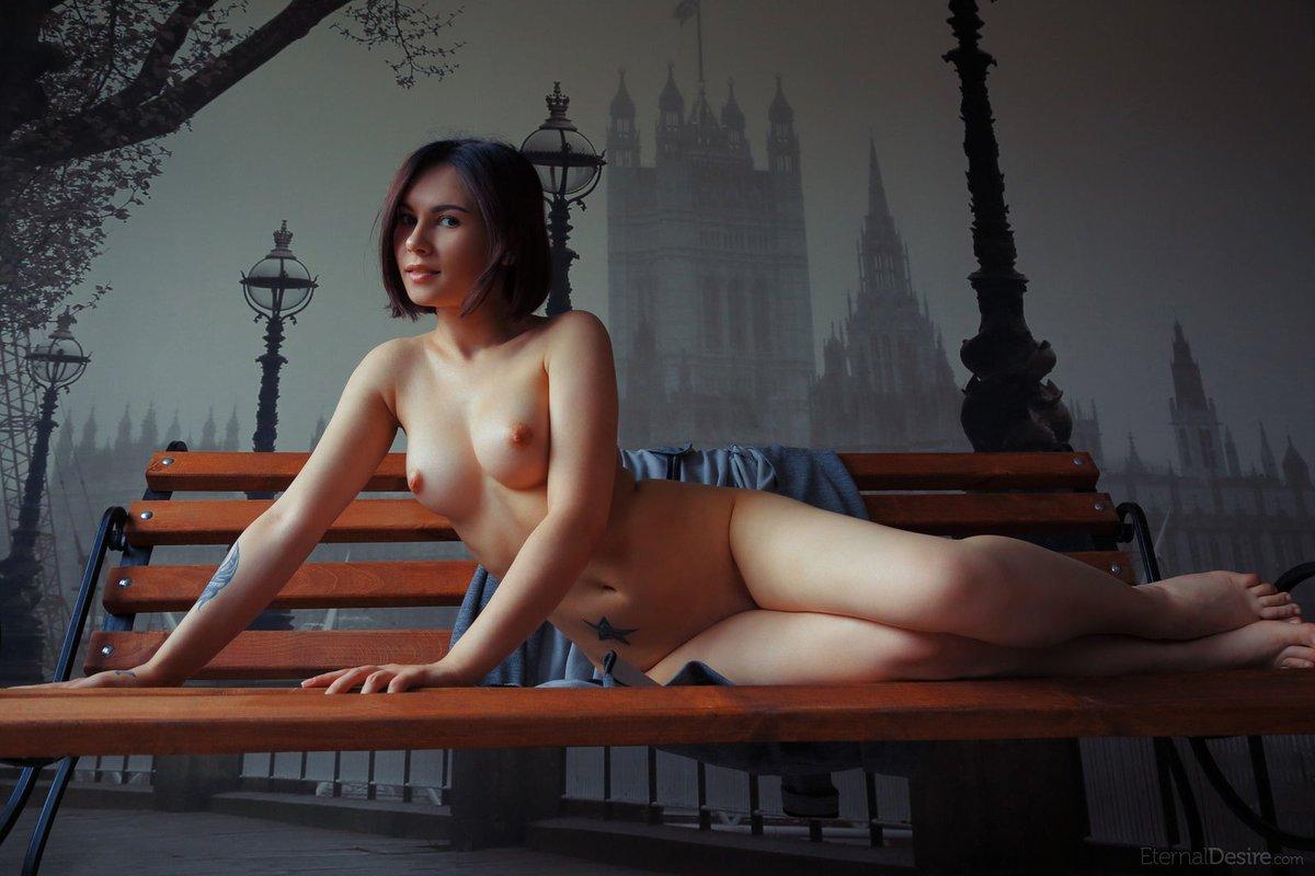 Красавица демонстрирует свое тело фото порно минет