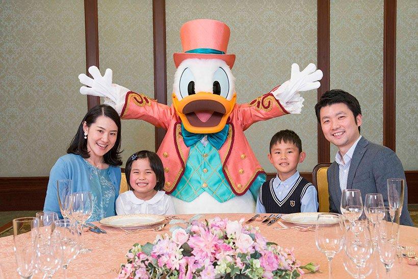 【ご予約受付中】 8月16日(木)より、東京ディズニーランドホテルの「セレブレーションダイニング&グリーティングプラン」にドナルドのプランが新たに登場! あなたのお祝いにドナルドが駆けつけます! ドナルドをモチーフにしたオリジナルのコース料理も必見です☆ https://t.co/Cy2rEuXDGT