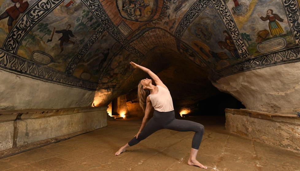 Yoga en las entrañas de la Tierra https://t.co/fZ...