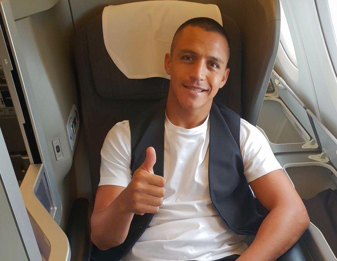 🏴✈️🇺🇸 @Alexis_Sanchez is en route to #MUTOUR. 👊 #MUFC Photo