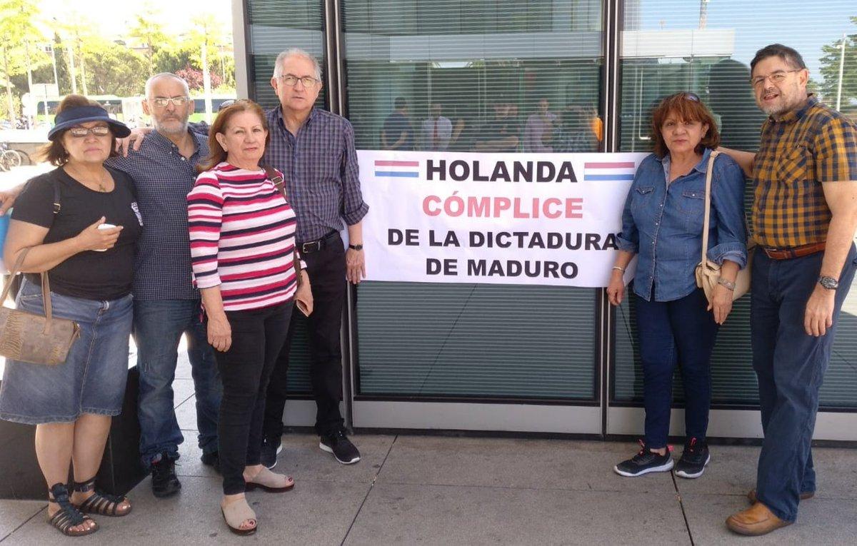 Hoy hicimos protesta por el honor de Venezuela en Embajada de Holanda. Los viajes de turismo delincuencial son una afrenta al martirizado pueblo venezolano.   @ministerBlolk @DutchMFA @IntlCrimCourt @beatrizbecerrab @gonzalezpons @maitepagaza  @EP_President @eucopresident
