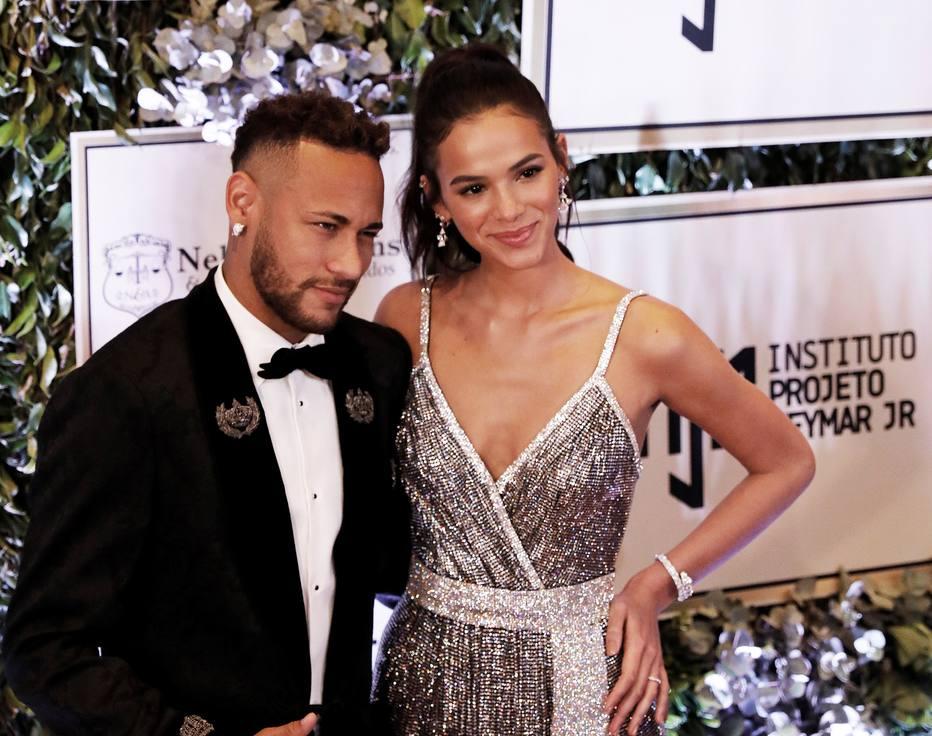 >@esportefera Com Bruna de primeira-dama, leilão de Neymar arrecada R$ 3,5 milhões https://t.co/k5YOGr3yZy