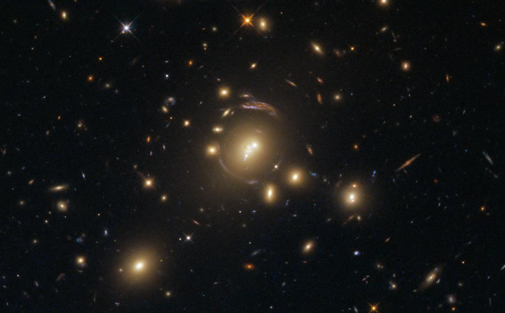 #HubbleFriday At first glance, it may seem as though this image was taken through a faulty lens, but the mind-bending distortions visible in this Hubble image are actually caused by a cosmic phenomenon called gravitational lensing: https://t.co/Yo0oDDiSPm