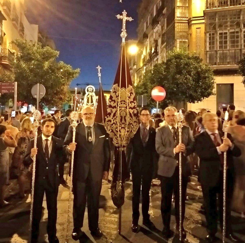 En este dia especial para nuestra vecina @CarmendelPuente queremos acompañar a Ntra. Sra. del Carmen en su procesión por el barrio de #Triana.