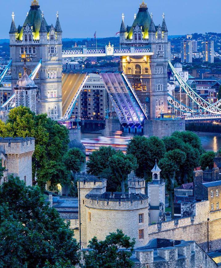 London looking 💯! #FridayFeeling [📸: philipp_pley on IG]