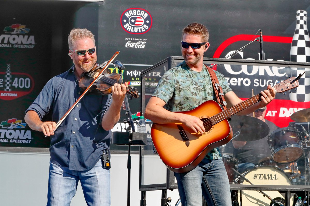 Josh Turner gave us an awesome pre-race concert before this year's #CokeZeroSugar400! 🎶