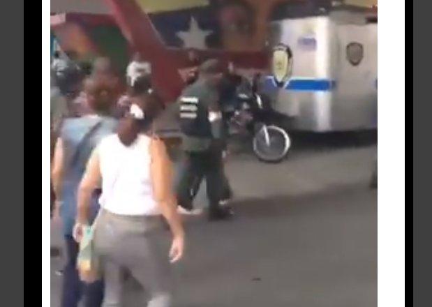 ¡ARRIBA LOS ABUELITOS! Sacan a empujones a los colectivos que querían acabar con protesta en las Fuerzas Armadas (Video)  https://t.co/s4ZsrBzqY4