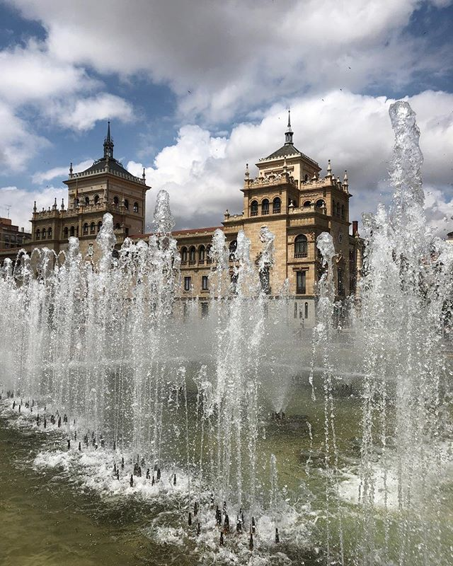Man, is #valladolid a gorgeous Spanish city. View of the Fuente de Plaza Zorrilla (the main plaza in the city) across the street La Academia del Arma de Caballería, or Cavalry Weapons Academy. The building was built in the 1920s. Valladolid is the starti… https://t.co/ucDqDXOfKf