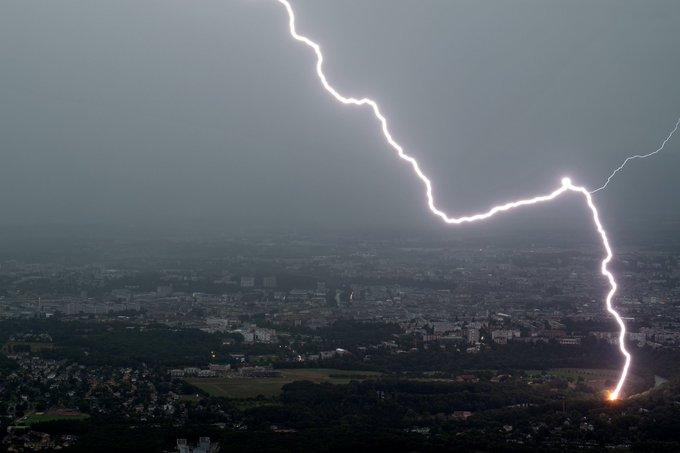 Puissant coup de #foudre lors d'un #orage sur #Geneve, hier soir. #lightning over #Geneva yesterday evening. #orages #StormHour