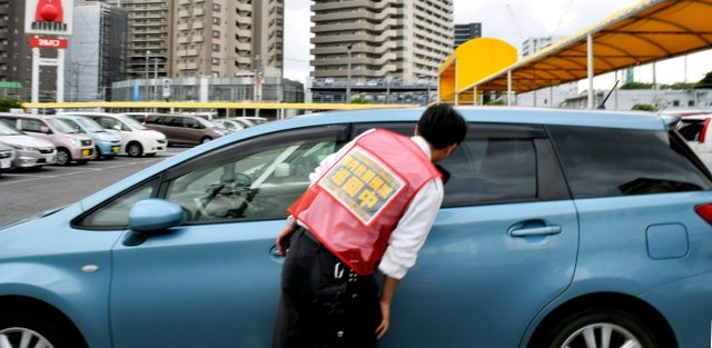 1000RT:【絶句】炎天下のパチンコ店駐車場、車内に女児 店側と保護者に温度差 https://t.co/QRWOc2uuG2  店員が発見し、警察に通報。10分後に戻ってきた母親は「こんなことで子どもは死なない」と苛立った様子だったという。