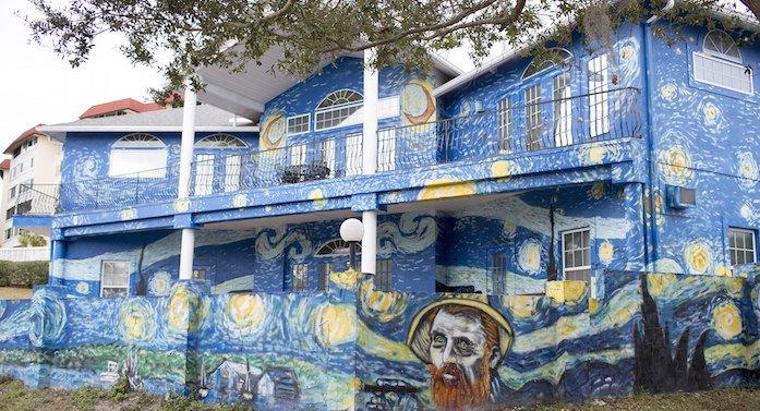 """Una familia pinta su casa como """"La noche estrellada"""" de Van Gogh para que su hijo autista no se pierda https://t.co/kkgMXWTPdV"""