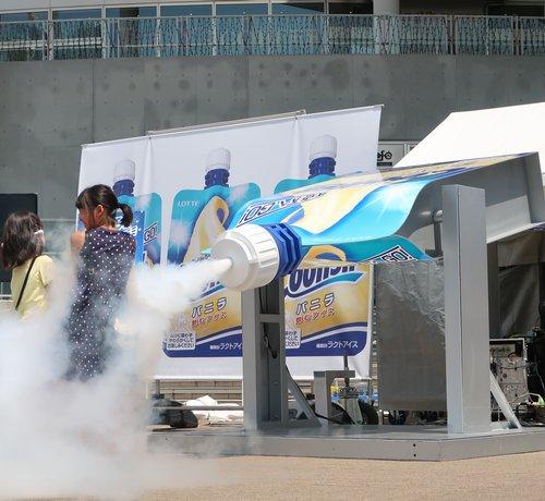 """【急速冷却】巨大クーリッシュ""""冷気噴射マシーン""""がダイバーシティ東京に登場 https://t.co/WYVf5uu8nn  7月29日に「新宿モア4番街」、8月5日に「二子玉川ライズ」でも開催。クーリッシュの無料配布も行われる。"""