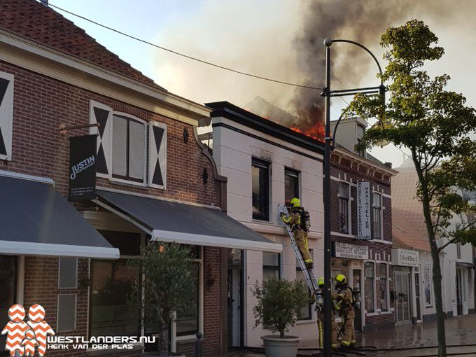 Grote woningbrand aan de Pastorielaan https://t.co/fjC93xP7bE https://t.co/YlZs9vSyUh