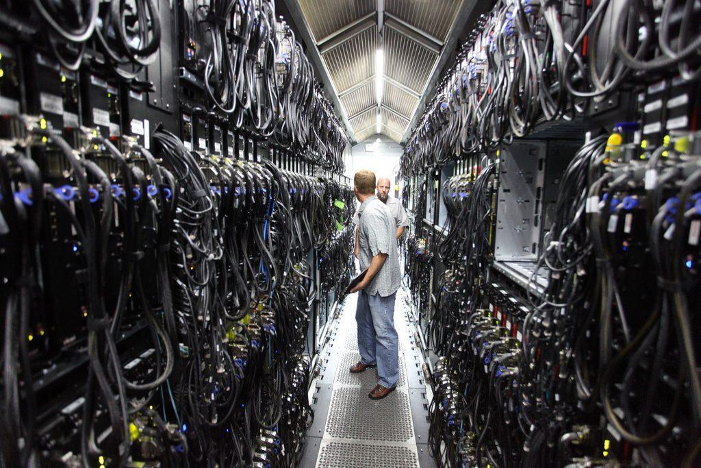 Internet finira-t-il noyé par la montée des océans ? On oublie souvent que, derrière le monde virtuel, il y a des réseaux bien physiques dont beaucoup se situent en zones côtières https://t.co/jdhnem2Gf6