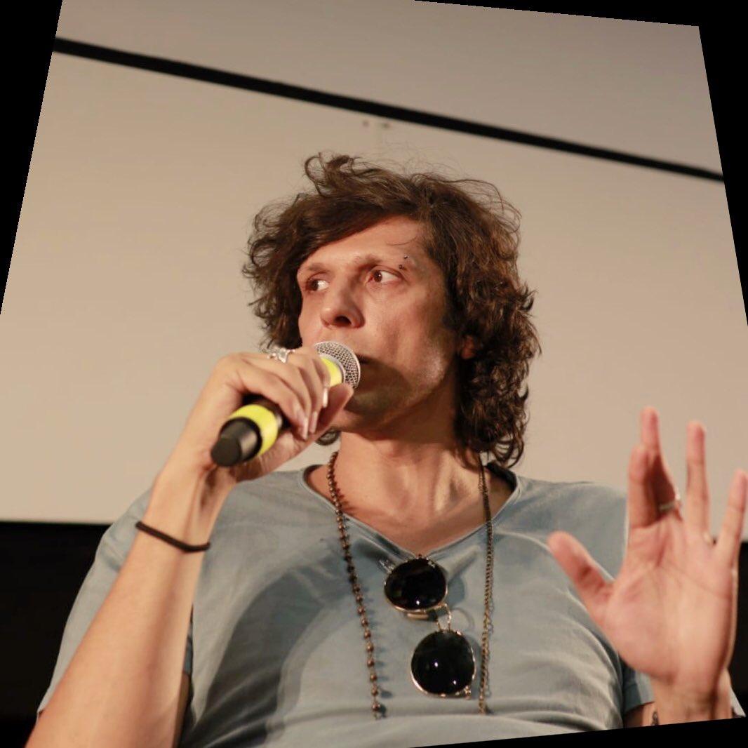 . @MetaErmal incontra il caloroso pubblico del @giffonifilmfest in Sala Sordi! Tante domande e i ragazzi super entusiasti di potersi confrontare con lui! . . #giffoni2018 #radio105