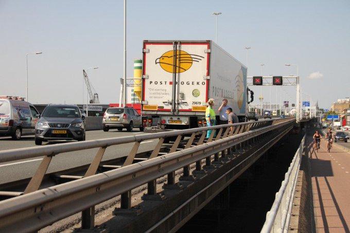Aanrijding A20 tussen vrachtwagen en auto https://t.co/Z9B4G97ZTs https://t.co/zJQMEH9wK7