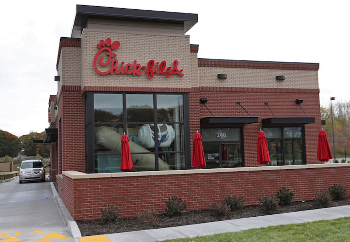 Woman gives birth in Chick-fil-A, baby gets free food for life. https://t.co/gtV33Fexr0