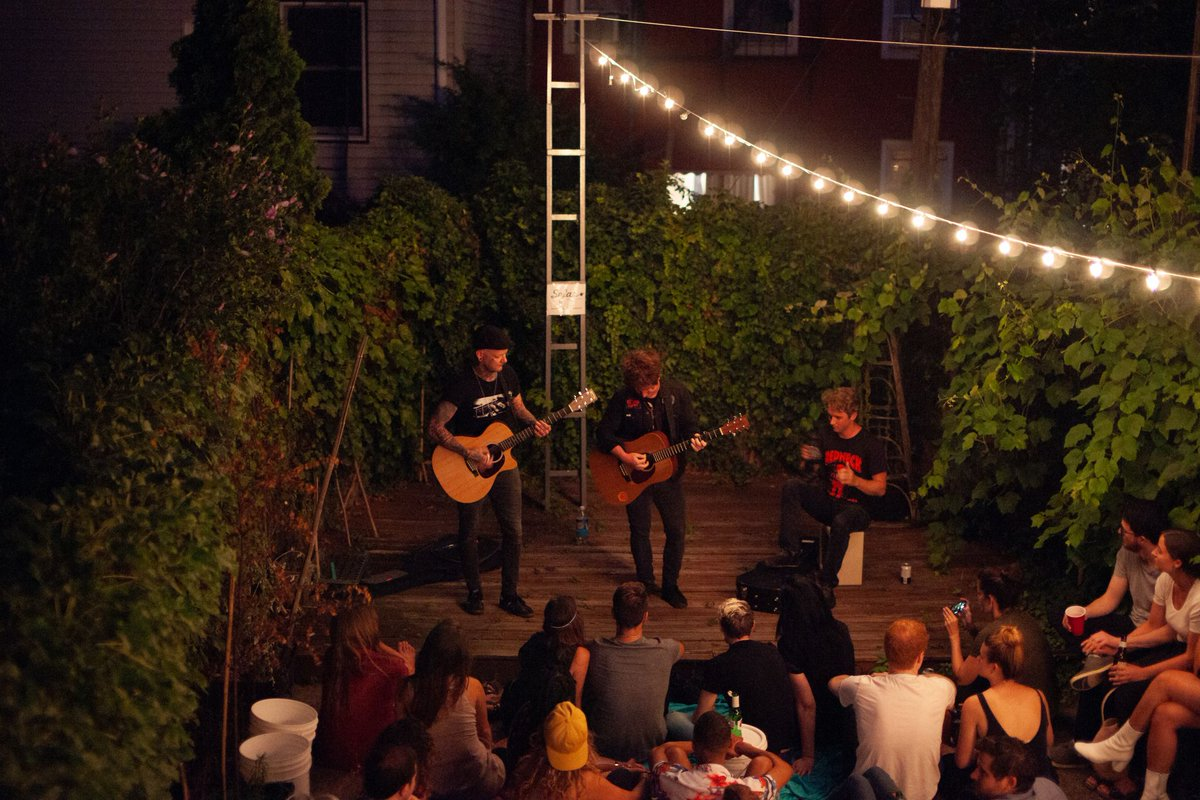 Want to see incredible artists in your living room or backyard? We're always looking for new cool venues to host our intimate #SofarSounds gigs in: bit.ly/SofarHosts 🏡 📸: @a_damp_owl