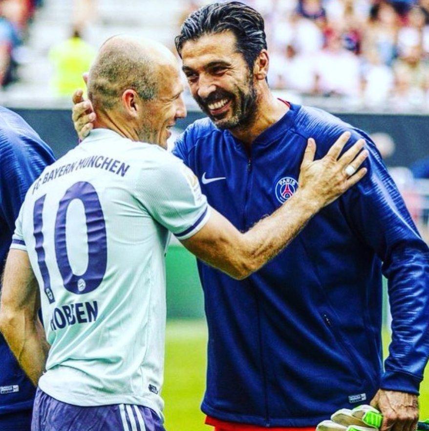 Arjen Robben, histórico del fútbol holandés, saludando a Gianluigi Buffon, histórico del fútbol italiano. Las postales que regala la International Champions Cup. Para la colección.