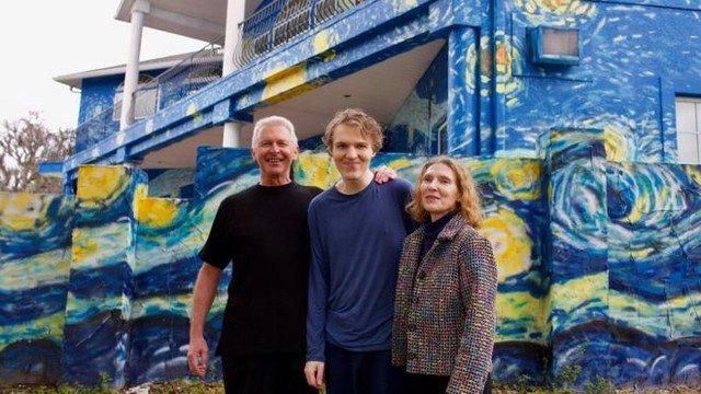 Pais pintam casa com Van Gogh para ajudar filho autista a não se perder https://t.co/fI3DkPE0dh #G1