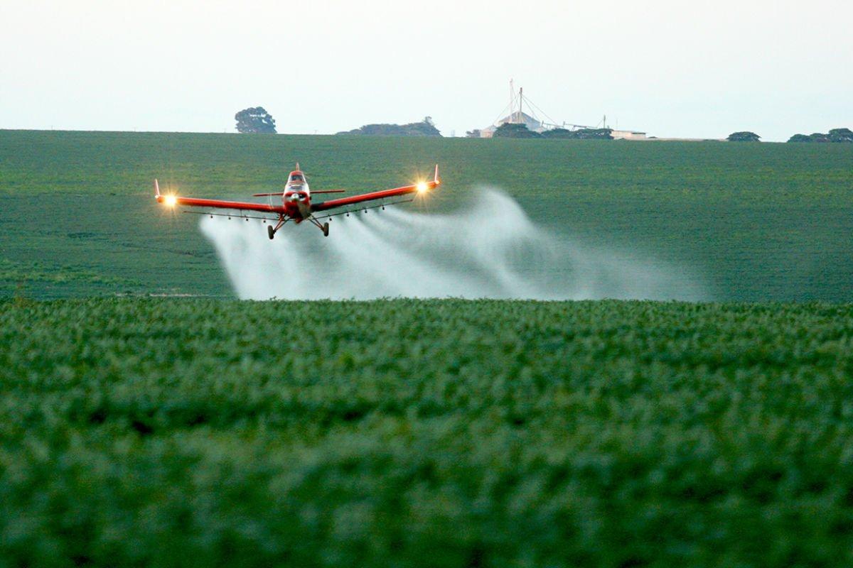 Relatório 'Você não quer mais respirar veneno', da Human Rights Watch, alerta para o perigo da pulverização de agrotóxicos, que acomete comunidades rurais em todas as regiões do País I https://t.co/1IBBALx45a