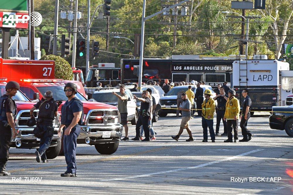Un homme armé, qui aurait tiré sur sa grand-mère et une autre personne, s'est barricadé hier à l'intérieur d'un supermarché à Los Angeles (Californie), où il a abattu une femme avant d'être arrêté, a déclaré la police locale #AFP