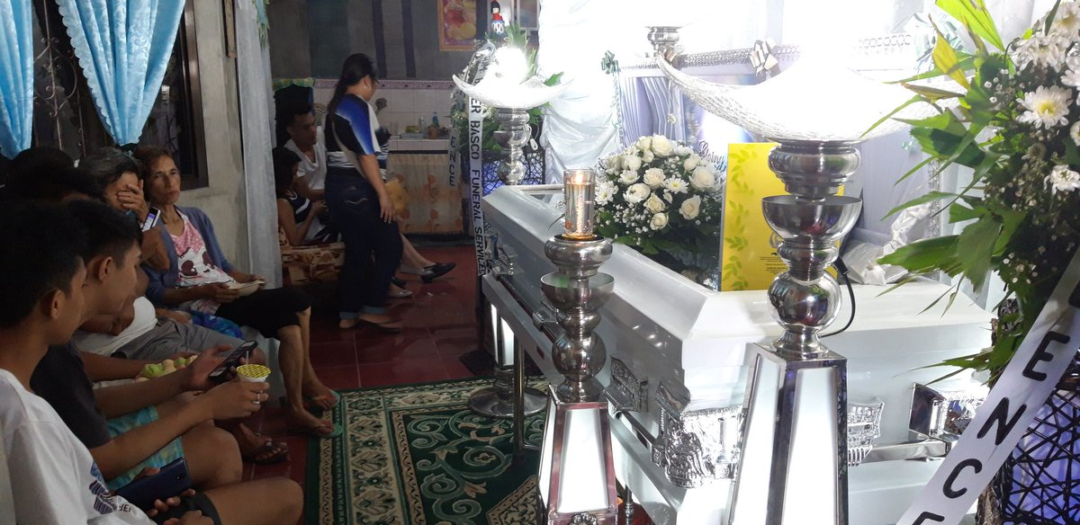 LOOK: Friends and relativea of slain Bicol broadcaster Joey Llana's visit his wake here at Peñafrancia village in Daraga, Albay. | @RAOstriaINQ https://t.co/tkmcwJvLbD