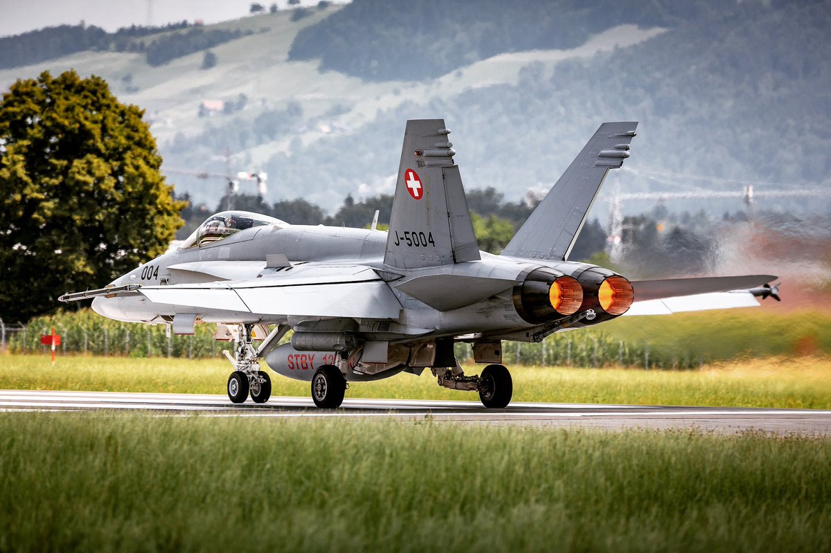 Afterburner Power at Emmen Airbase #lsme #swissairforce #f18 #aviation #fighter #military #planespotting #planespotter #aviationworld<br>http://pic.twitter.com/n5BS4uc47c