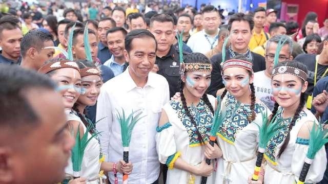 Nonton We The Fest 2018, Jokowi Jadi Rebutan Selfie https://t.co/I4LRFpL3Wn via @detik_foto https://t.co/tT6gggxv8U