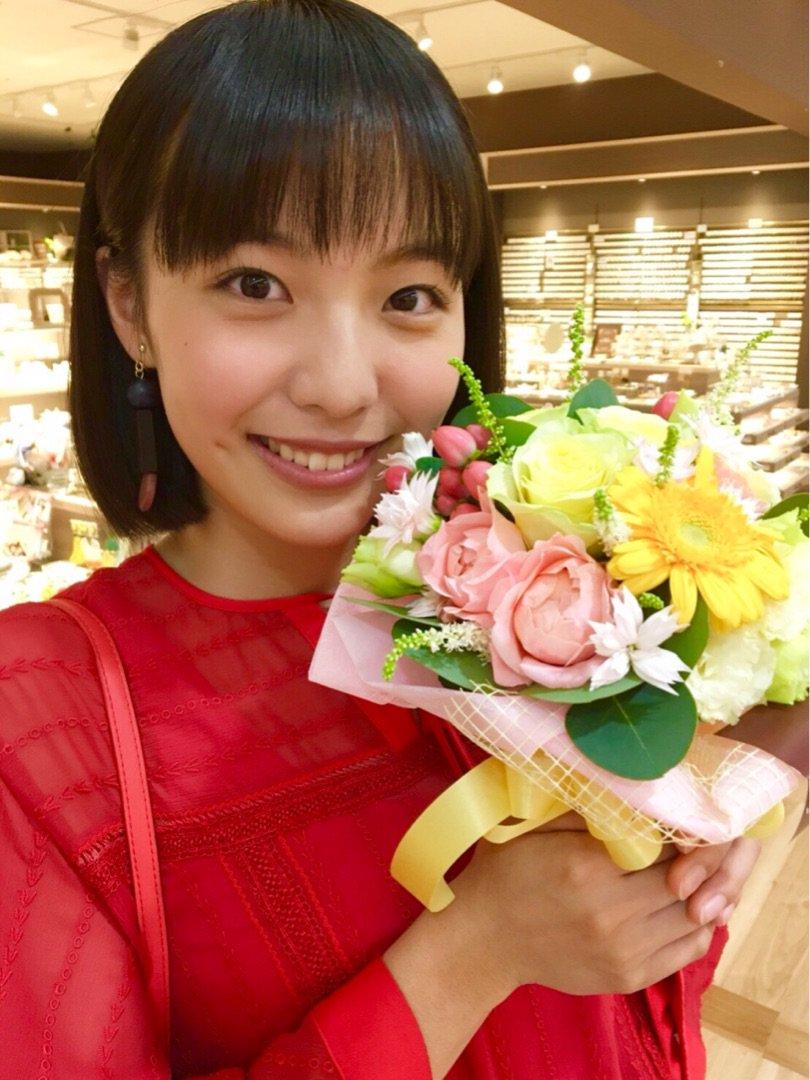 お花を持つ駒井蓮