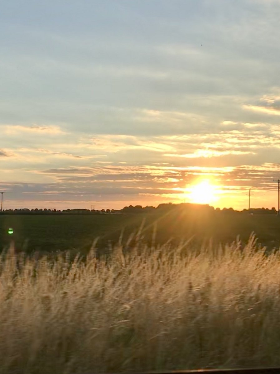 What a great harvest sunset in the Lincolnshire Wolds &amp; what a stunning way to say goodbye to the weekend! @LincsSkies @LincsWoldsAONB @explincolnshire @LincsFM<br>http://pic.twitter.com/bFRyC8JSt4