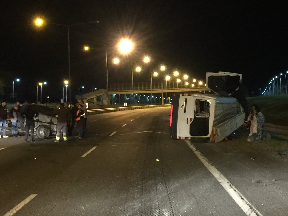 #TránsitoARG Campana: Esta madrugada volcó una camioneta en Panamericana Ramal Campana km 65, sentido al norte. Bomberos trasladaron a cuatro heridos | Fotos e info: @dantrila @clauriof