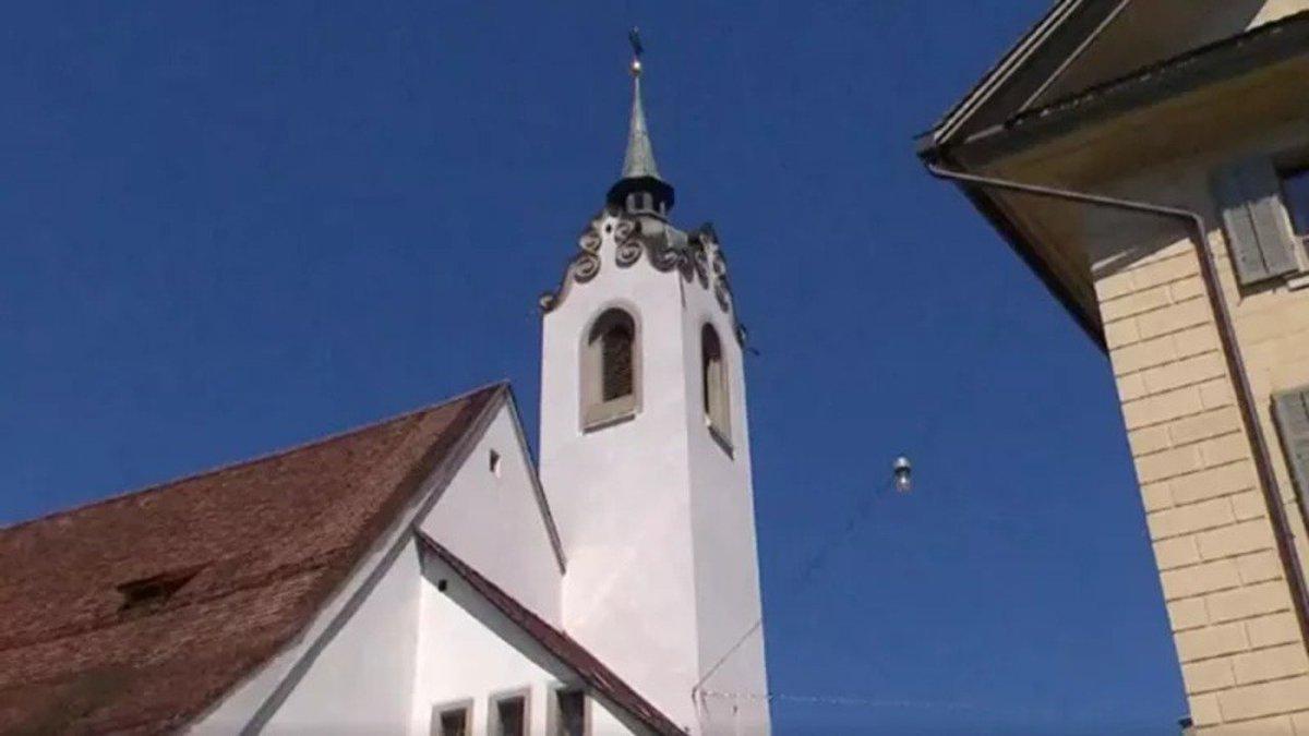 スイスの街で、教会の鐘としてiPhoneの着信音が響き渡る #アート #アップル #音楽 #ヨーロッパ https://t.co/pRyouwBbnd
