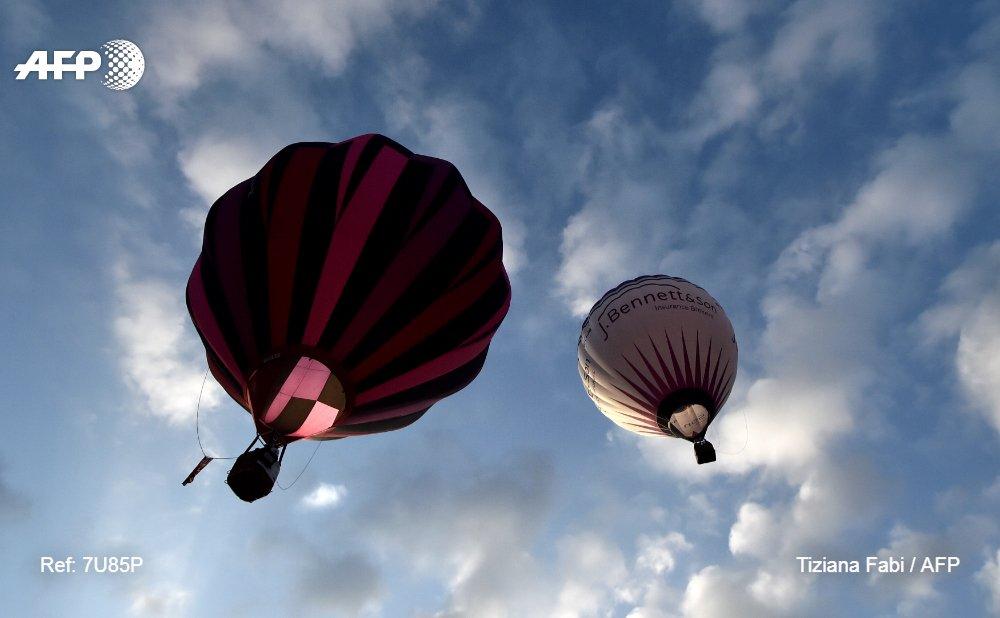 Decenas de globos aeroestáticos compiten en el cielo de la región italiana de Umbría #AFP https://t.co/5NZ2rkL5mt