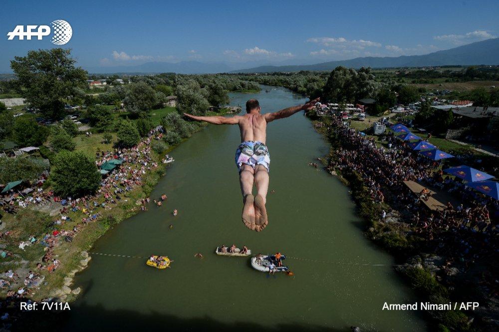 Lanzándose al salto de 22 metros desde el puente Ura e Shenjte cerca de la localidad de Gjakova, en Kosovo 📷 Armend Nimani #AFP