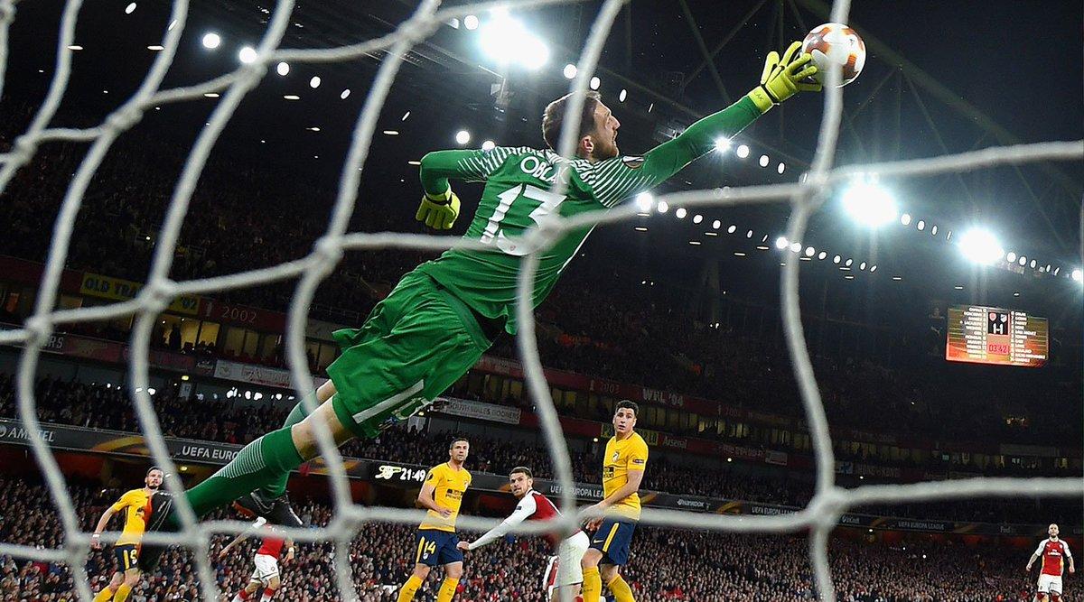 FourFourTwo: Mejor portero 🙌⚽ 1. Oblak 🔝 #Atleti 2. De Gea - M. United 3. Courtois - Chelsea 4. Ter Stegen - Barcelona 5. Alisson - Liverpool 6. Buffon - PSG 7. Ederson - M. City 8. Neuer - Bayern Munich 9. Hugo Lloris - Tottenham 10. Samir Handanovic - Inter