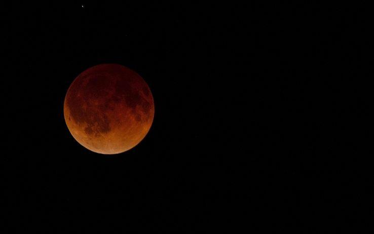 Il 27 luglio l'eclissi lunare più lunga del secolo: visibile in Italia https://t.co/RDwgIwMbv9