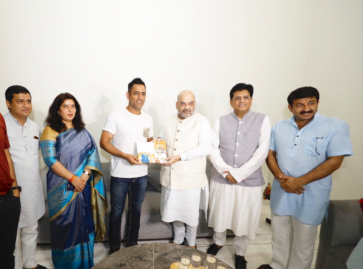 OMG... Dhoni joins BJP...!?! Meets Amit Shah in Person...