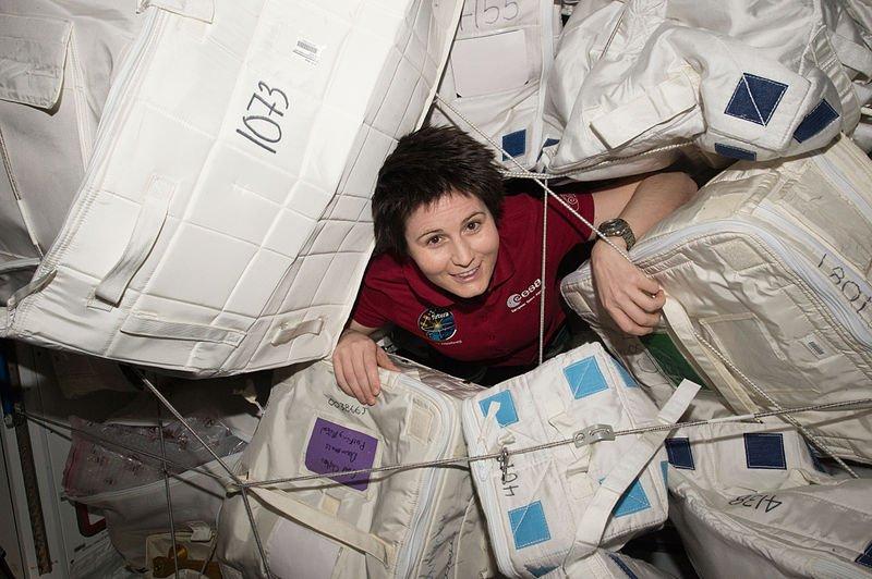 woman astronaut in diaper - 800×532