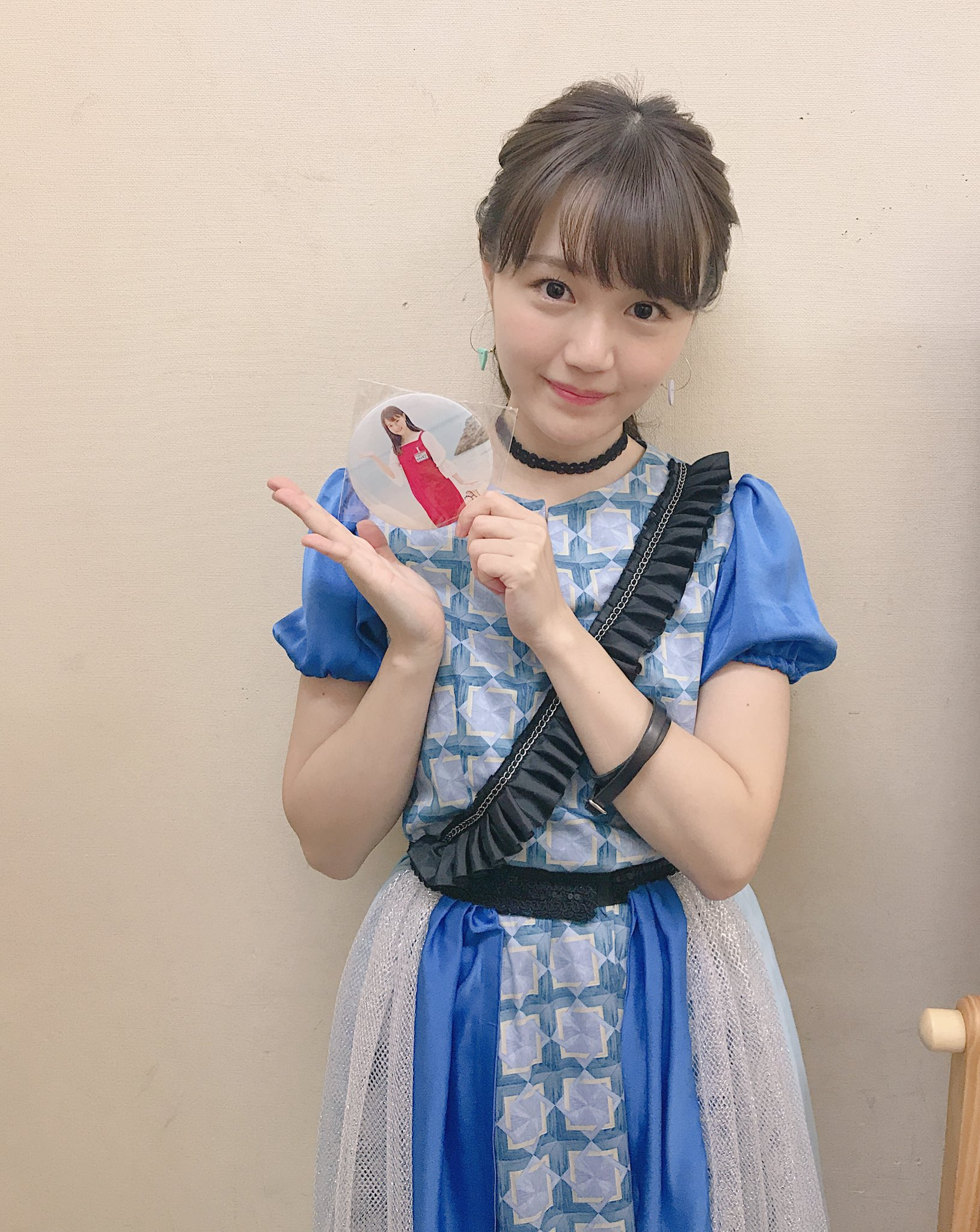 オリジナル特大缶バッチと尾崎由香さん